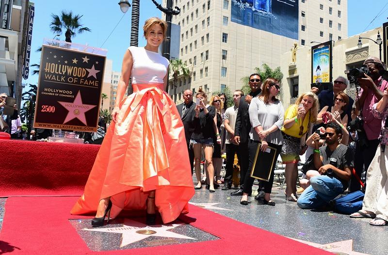 Голливуд, США, 20 июня. На «Аллее славы» появилась звезда Дженнифер Лопес, 2500-я по счёту. Фото: FREDERIC J. BROWN/AFP/Getty Images