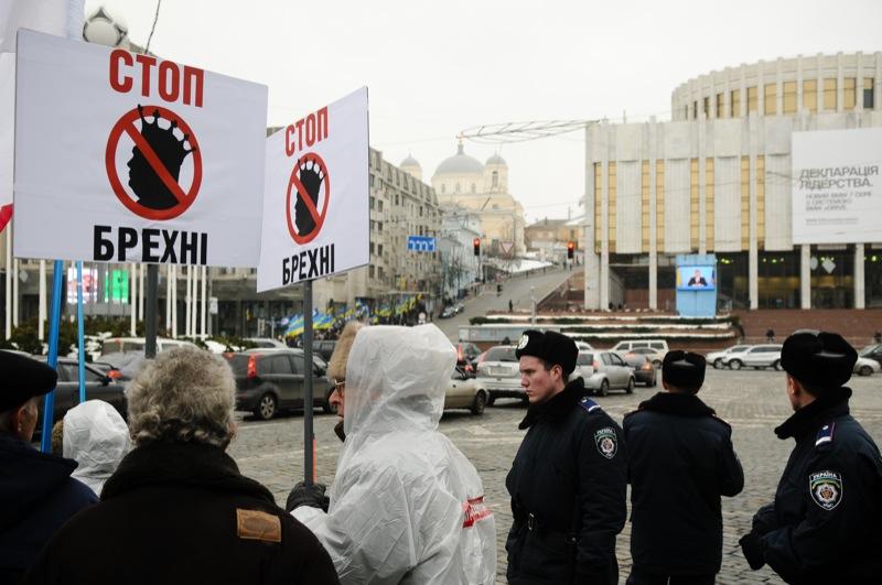 Противники и сторонники Януковича собрались в Киеве возле Украинского дома, где проходила его итоговая пресс-конференция 1 марта 2013 года. Фото: Владимир Бородин / Великая Эпоха.