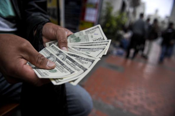 100-долларовые купюры в привычном дизайне. Фото: ERNESTO BENAVIDES/AFP/GettyImages