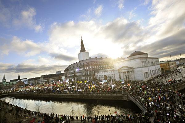 Тысячи демонстрантов собрались напротив здания парламента. Они требуют от мировых лидеров сокращения выбросов в атмосферу вредных газов. Копенгаген, Дания Фото: ADRIAN DENNIS/AFP/Getty Images