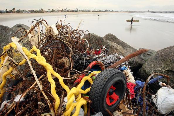 Мусор на пляже, оставшийся после мощных штормов, в результате которых было эвакуировано тысячи людей. Лос-Анджелес, 26 января 2010 года. Фото: Давид McNew/ Getty Images