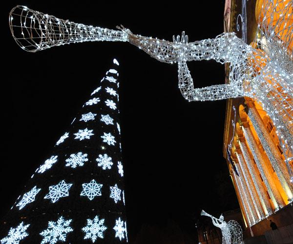 Рождественская елка установлена напротив грузинского парламента в центре Тбилиси. Грузия. Фото: VANO SHLAMOV/AFP/Getty Images