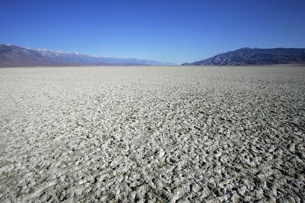 Площадь озера Оуэнс составляет несколько километров, земля вокруг него – идеальная ровная поверхность – стала напоминать плотную сеть мелких трещин. Фото: David McNew/Getty Images