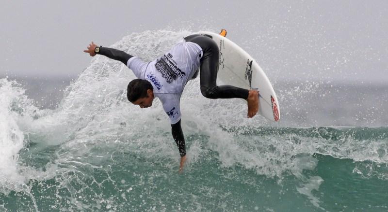Ньюквей, Англия, 8 августа. На пляже города проходит международное соревнование по сёрфингу «6 звёзд». Фото: Matt Cardy/Getty Images