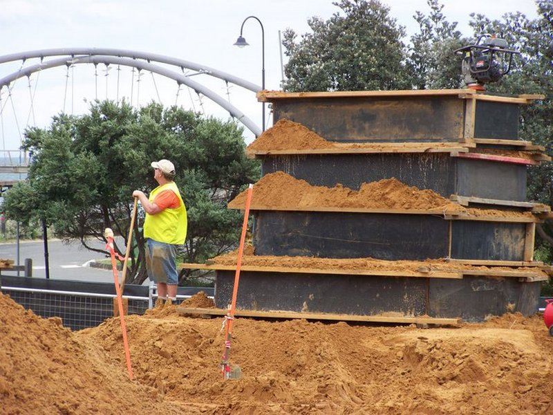 Фотохроника. Процесс пошёл! Первым делом — засыпать песок в формы. Фото: sandsculptingaustralia/facebook.com
