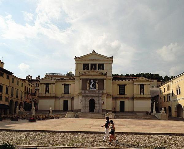 Городские площади: вымощенные улицы ведут к восхитительным площадям, таким, как Curia di Conegliano в Тревизо, Италия. Фото с сайта theepochtimes.com