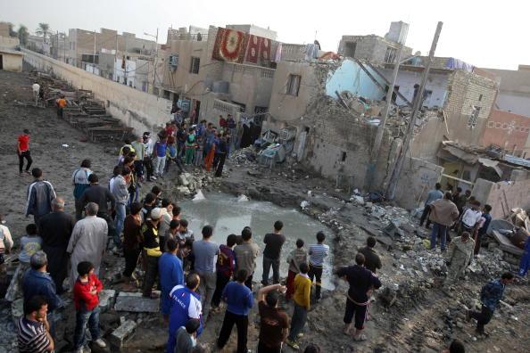 Иракцы осматривают разрушения, которые причинил взрыв в школе в городе Сард, неподалеку от Багдада, столицы Ирака. Около 8 человек погибли, 6 из них – дети. Фото: AHMAD AL-RUBAYE/AFP/Getty Images