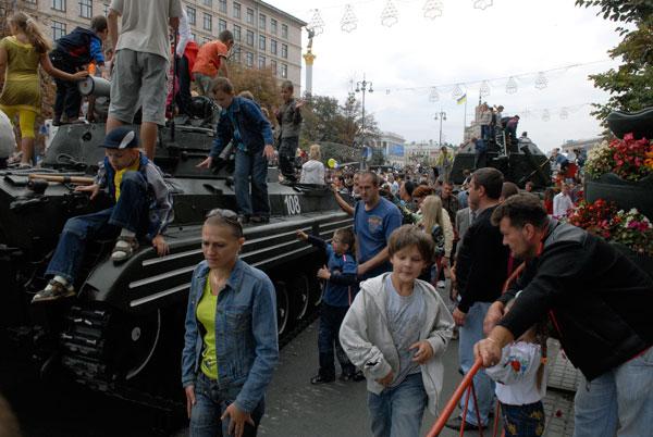Более 20 единиц военной техники стоят на Крещатике. ФотоЖ Владимир Бородин/The Epoch Times