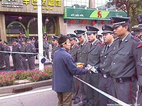 Акция протеста против коррумпированности местных властей. Город Фучжоу провинции Фуцзянь. 16 апреля 2010 год. Фото с epochtimes.com