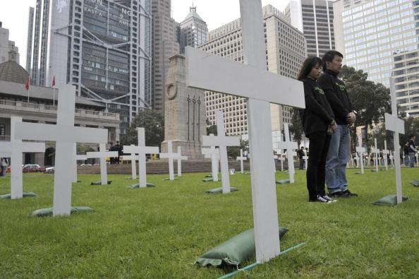 Активисты Гринпис почитают память погибших от климатических изменений в мемориальном комплексе. Гонконг. Фото: ANTONY DICKSON/AFP/Getty Images