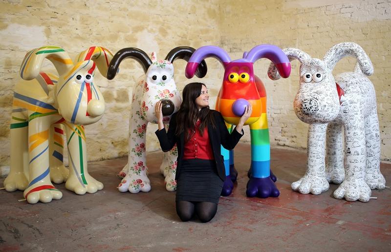 Бристоль, Англия, 19 апреля. Известные художники разукрасили скульптуры мультяшного персонажа по имени Громит. Скульптуры будут проданы на аукционе по сбору средств для детского госпиталя. Фото: Matt Cardy/Getty Images