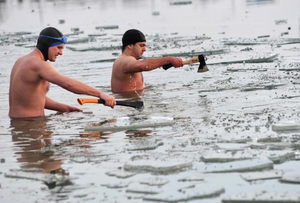 Кто-то молится в Рождество, а кто-то купается в ледяной воде. Словакия. Фото: SAMUEL KUBANI/AFP/Getty Images