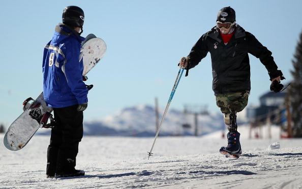 Дважды инвалид войн в Ираке и Афганистане Кевин Пэннелл из Портленда, штат Орегона, потерял обе ноги в результате взрыва гранаты, когда армейский патруль попал в засаду иракских повстанцев в 2004 году. На фото он направляется к инструктору по лыжам, работ