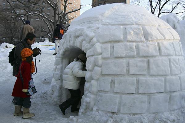 В рамках Снежного фестиваля проходит Международный конкурс снежных скульптур, в котором принимают участие команды из разных стран мира.Фото: Cameron Spencer/Getty Images