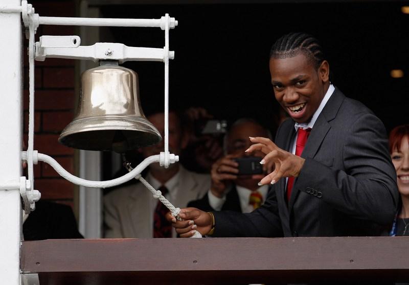 Лондон, Англия, 16 августа. Ямайский спринтер Йохан Блейк ударом в колокол открывает соревнования по крикету между командами Англии и ЮАР. Фото: Harry Engels/Getty Images