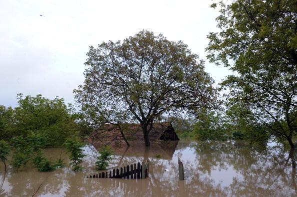 Проливные дожди вызвали в Варшаве наводнение. Фото: JANEK SKARZYNSKI/AFP/Getty Images