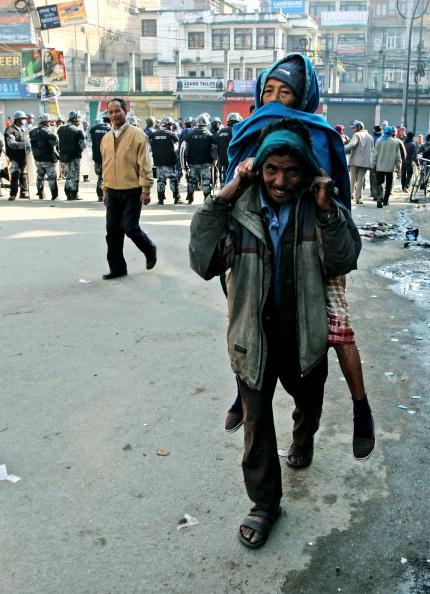 В Катманду продолжается голодовка, инициированная бывшими повстанцами, которые требуют восстановления в должности военного генерала Рукмангада Катавала. Непал. Фото: PRAKASH MATHEMA/AFP/Getty Images