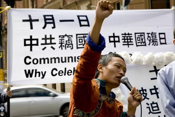 Представитель организации тибетцев громко призывает: «Свергнем компартию!» Сидней. 26 сентября 2009 год. Фото: Ан На/The Epoch Times