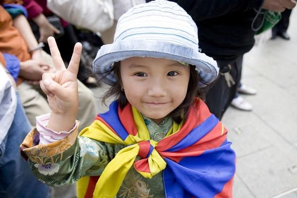 Тибетская девочка показывает жест «победа». Сидней. 26 сентября 2009 год. Фото: Ан На/The Epoch Times