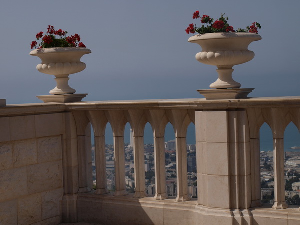 Хайфа, ограда Бахайского сада, фрагмент. Фото: Хава ТОР/The Epoch Times