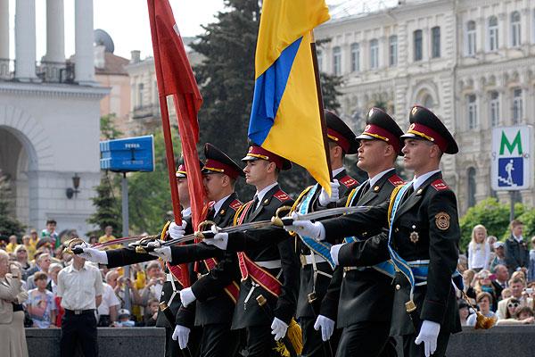 Военный парад по случаю 65-й годовщины Дня Победы состоялся в Киеве 9 мая 2010 года. Фото: Владимир Бородин/The Epoch Times