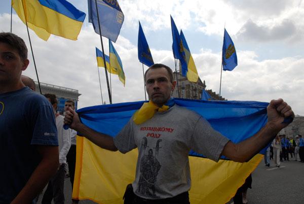 Украинские националисты прошли по Крещатику с требованием демонтировать памятник Ленину. Фото: Владимир Бородин/The Epoch Times