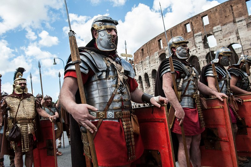 Рим, Италия, 21 апреля. Горожане в костюмах солдат времён римской империи шествуют мимо Колизея. Риму исполнилось 2766 лет. Фото: Giorgio Cosulich/Getty Images