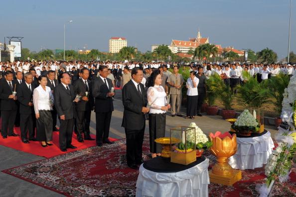 Премьер-министр Камбоджи Хун Сен и государственные должностные лица приняли участие в короткой траурной церемонии, 25 ноября 2010 года, перед мостом в Пномпене, где в результате давки в ночь на 23 ноября погибли сотни людей. Фото: ТАН CHHIN Sothy / AFP /
