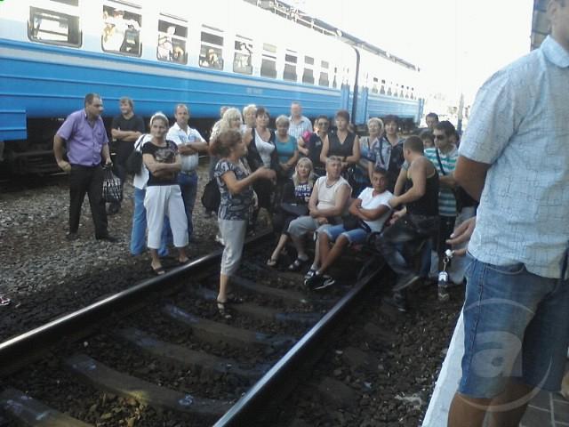 В Харькове пассажиры устроили митинг на железнодорожных путях. Фото: mediaport.ua