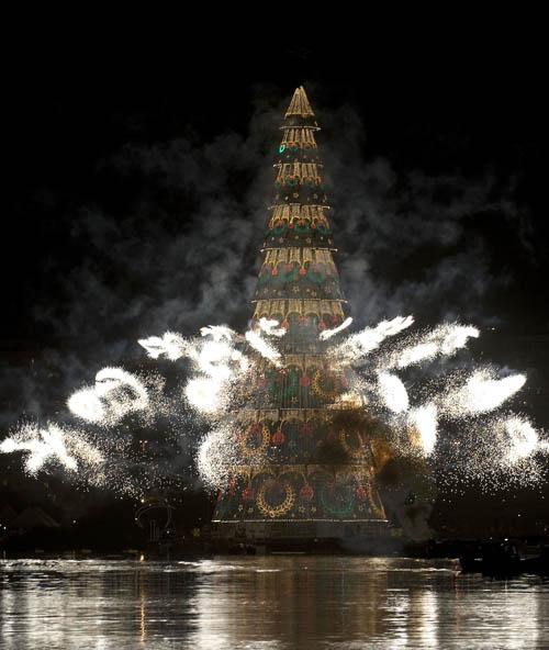 Самая большая в мире рождественская елка на плаву, установлена в Рио-де-Жанейро, Бразилия. Фото: ANTONIO SCORZA/AFP/Getty
