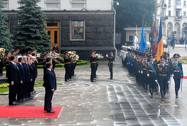 Рота почетного караула проходит торжественным маршем перед президентом Украины и России. Фото: Владимир Бородин/The Epoch Times