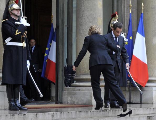 Французский президент Николя Саркози приветствует американского госсекретаря Хиллари Клинтон, накануне двусторонней встречи у входа в Елисейский дворец. Париж, 29 января 2010. Photo GERARD CERLES/AFP/Getty Images