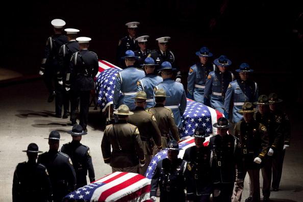 Тысячи полицейских собрались, чтобы попрощаться с погибшими коллегами в мемориальном центре города Такома, штат Вашингтон, США. Четверо офицеров полиции были убиты на прошлой неделе в кафе. Фото: Stephen Brashear/Getty Images