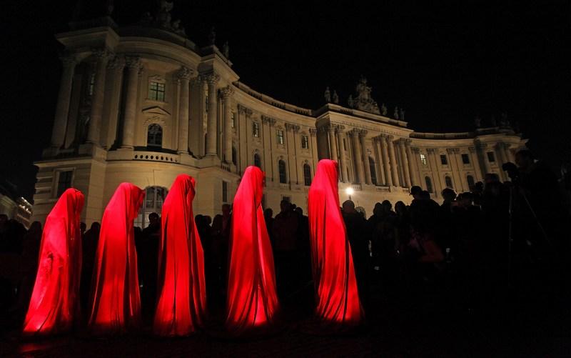 Берлин, Германия, 20 октября. Скульптура «Хранители времени» художника Манфреда Кёлнхофера подсвечена красным светом на Бебельплац в рамках Фестиваля огней. Фото: Adam Berry/Getty Images