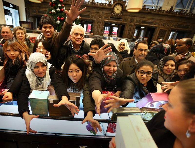 Лондон, Англия, 26 декабря. Тысячи покупателей в «День подарков» ринулись в магазины для приобретения разнообразных вещей. Фото: Peter Macdiarmid/Getty Images