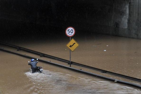 В результате сильных проливных дождей затоплена одна из главных магистралей в городе Сан-Паулу, юго-восток Бразилии. Погибли около 4 человек. Ненастье стало причиной автомобильных пробок на городских дорогах протяженностью 120 км. Фото: MAURICIO LIMA/AFP/