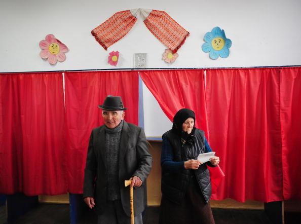 Два фермера голосуют на президенствих выборых в Румынии. Фото: DANIEL MIHAILESCU/AFP/Getty Images