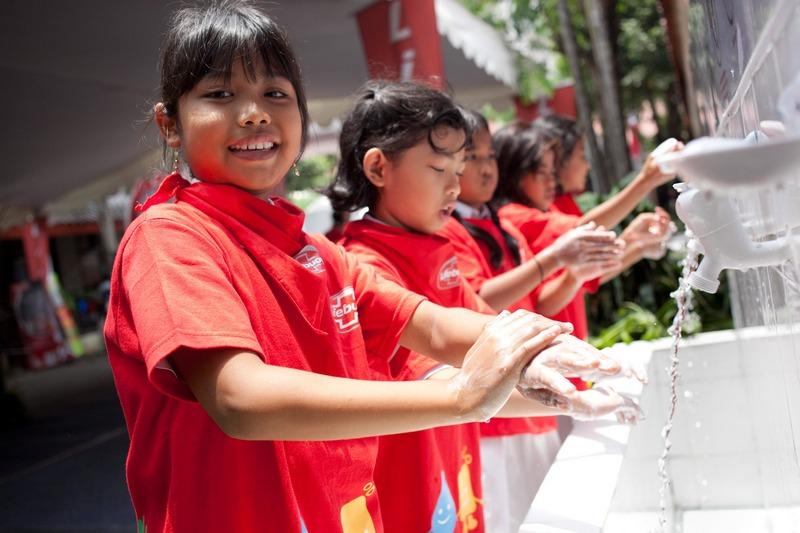 Джакарта, Индонезия, 15 октября. Дети моют руки в рамках празднования «Всемирного дня чистых рук», который отмечается в сотне с лишним стран мира. Фото: Oscar Siagan/Getty Images for Unilever