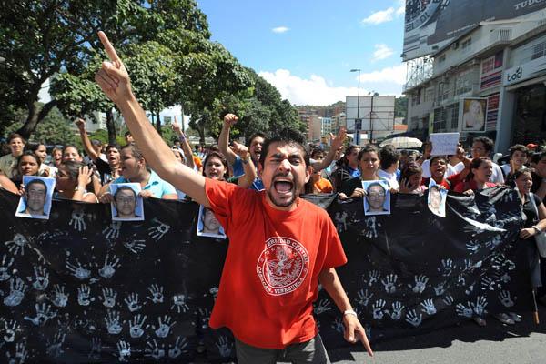 Тысячи студентов вышли на улицы в Каракасе, столице Венесуэлы, демонстрируя своё возмущение смертью студента Рамиреза. Он был убит 8 декабря в студенческой демонстрации в городе Тачира, запад Венесуэлы. Фото: JUAN BARRETO/AFP/Getty Images