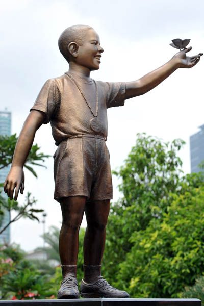 В Джакарте установлена бронзовая статуя президента США Барака Обамы. Он изображен в возрасте 10 лет. Индонезия. Фото: ADEK BERRY/AFP/Getty Images