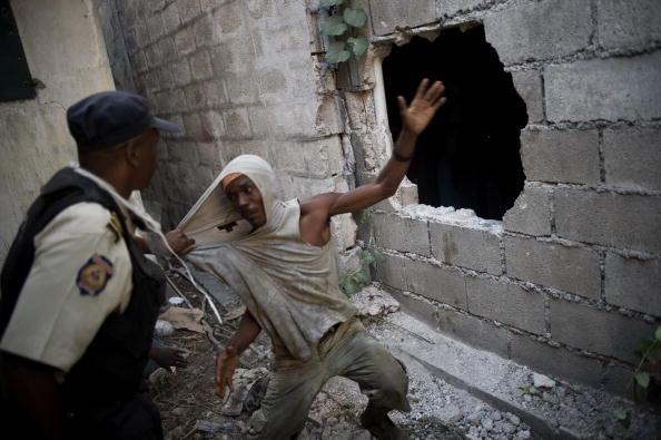 Полиция арестовывает мародера. Порт-о-Пренс, Гаити. 30 января 2010 года. Фото: FRED DUFOUR/AFP/Getty Images