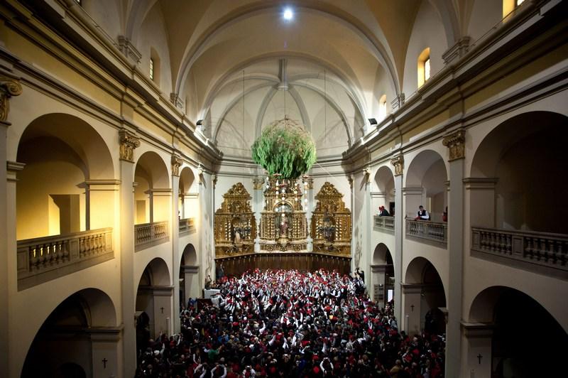Барселона, Испания, 30 декабря. Жители отмечают традиционный каталонский «фестиваль сосны», который символизирует очищение в связи с наступлением зимнего солнцестояния. Фото: David Ramos/Getty Images