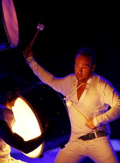 В первый день вместе с Петром Наличем на «Евровидения-2010» выступили участники из 17 стран. Гиоргос Алкайос и друзья из Греции. Фоторепортаж. Фото: CORNELIUS POPPE/AFP/Getty Images