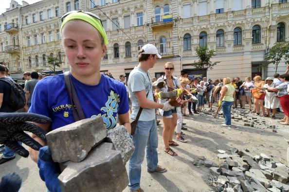 Уборка Майдана 9 августа 2014. Фото: SERGEI SUPINSKY / AFP / Getty Images
