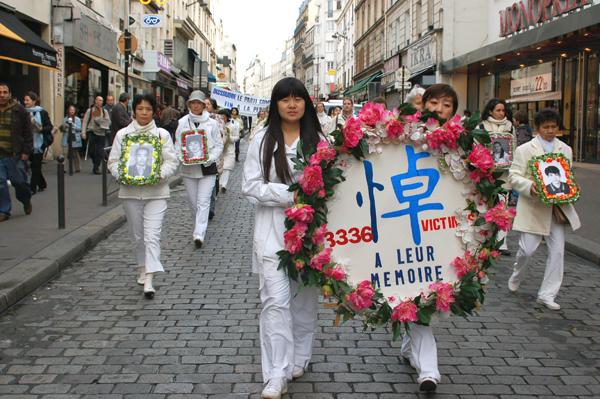 Парад последователей Фалуньгун по улицам Парижа. Небесный оркестр. Фото: Ирина Оширова/The Epoch Times