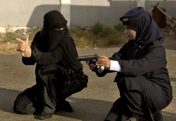 Женщины-полицейские Йеменской полицейской академии обучаются стрельбе. 26 января 2010. Фото: Марван Наамани/ AFP/Getty Images