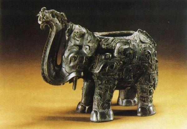 Медный сосуд в форме слона. Длинна 26,5 см, высота 22,8 см. Династия Поздняя Шан. Фото с aboluowang.com
