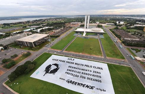 Надземный вид огромного баннера организации Гринпис, адресованного Президенту Бразилии Луису Игнасио Лула да Силве. На нем написано: «Лула: Ты можешь сделать много для климата. Остановить вырубку леса, находить заменяемые источники энергии и осуществлять