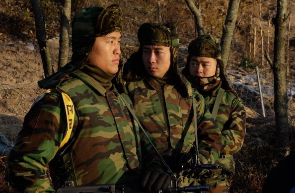 ОСТРОВ ЁНПХЕНДО (YEONPYEONG), ЮЖНАЯ КОРЕЯ, 26 ноября: Патрулирование южнокорейских морских пехотинцев. Усиление боеготовности. Фото: Chung Sung-Jun/Getty Images