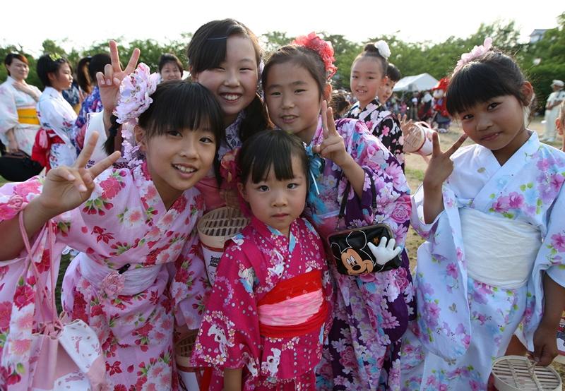 Химэдзи, Япония, 22 июня. Фестиваль летнего кимоно «юката» порадовал туристов пестротой красок. Фото: Buddhika Weerasinghe/Getty Images